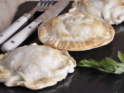 Receta | Empanadillas de pollo y queso con cebolla caramelizada - canalcocina.es