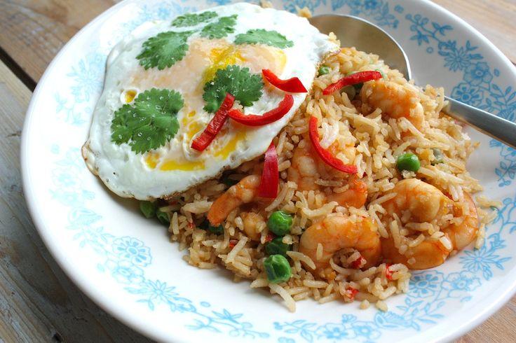 Een makkelijk Aziatisch gerecht voor doordeweeks met veel smaak is deze Thaise nasi met garnalen en koriander eitjes. Bekijk het recept op de blog.