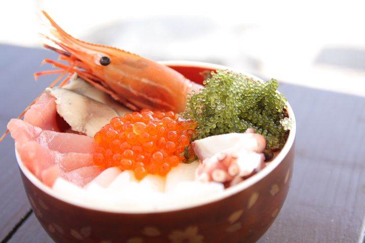 【グルメ】新鮮魚介たっぷりの「海人(うみんちゅ)丼」 - 沖縄CLIP