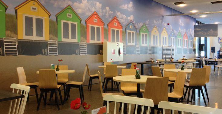 Voor dit restaurant in Zeeland heeft interieur ontwerper Jeanne van de Meulengraaf een jong, fris en kenmerkend Zeelands ontwerp gerealiseerd, door gebruik te maken van de kleuren rood, blauw, groen, wit en naturel. De sfeer van dit restaurant interieur is jong, open en zonnig, zoals het strand van Zeeland. #kantoor #office #restaurant #kantine #workplace #bedrijfsruimte #kantoorpand #walldecoration #zeeland #interiordesign #interieurstyling #styling #ontwerp #strandhuisjes #blauw #rood…