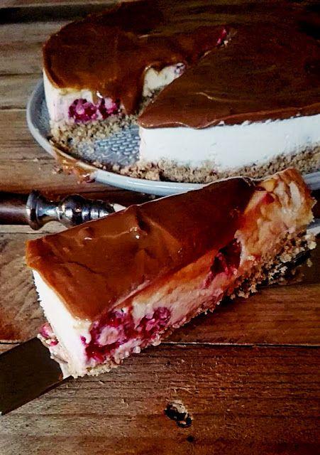 Cheesecake com banana, framboesas e caramelo
