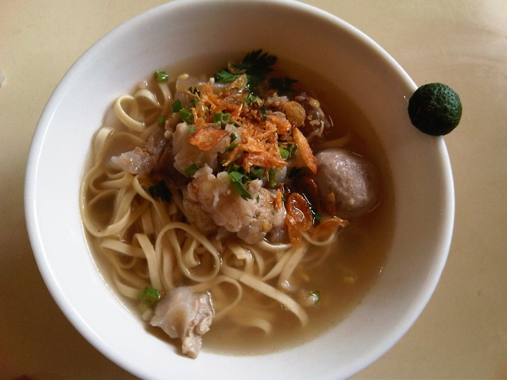 Mi Kocok Bandung~  Noodle in beef broth served with cow's tendons or cartilage.