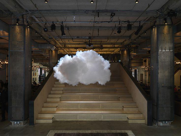 木材や金属でできた無機質な部屋と、そこにぷかぷかと浮かぶ真っ白な雲。その不思議な光景に、見た人は目を奪われてしまう。絵に描いたように理想的な形のこの雲は、バーンドノート・スミルデがつくる雨雲アートの作品だ。