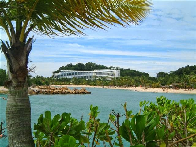 "Setelah empat dekade kemerdekaan Singapura, pulau kecil di ujung Singapura bernama ""Sentosa"" diresmikan. Di pulau ini, dibangunlah tempat tujuan wisata bersejarah dan juga tempat bermain golf yang sering dikenal dengan nama Sentosa Golf Club. Sentosa Golf terinsipirasi oleh arsitek golf Inggris Frank Pennick dan di bawah pengawasan dari orang terkemuka Singapura Dennis Lee, saudara Perdana Menteri Lee Kuan Yew, dan Alan Choe, Ketua Sentosa Development Corporation (1987-2001), Sentosa Golf…"
