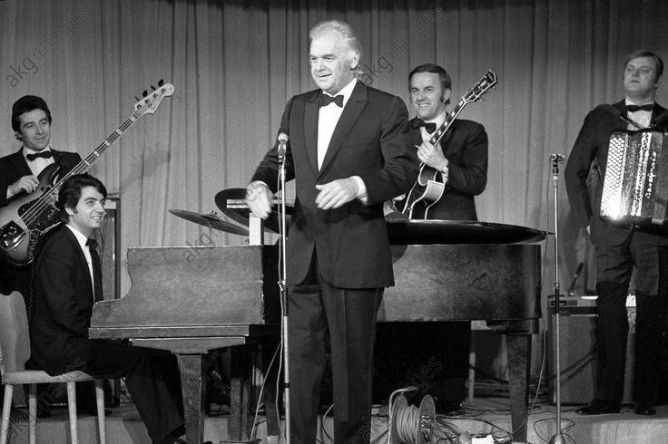 À Gstaad, Suisse : le manager de Mireille Mathieu, Johnny Stark (1922–1989) annonce l'entrée sur scène de la chanteuse