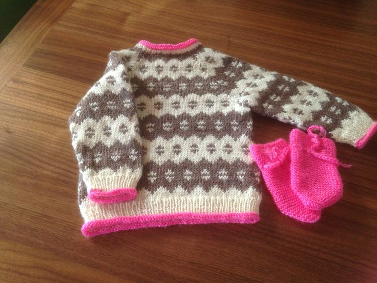 Knitted baby sweater. Pattern from Hjertegarn Baby no. 30