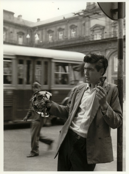 Fosco Maraini (1912-2004): Napoli, il venditore di occhiali