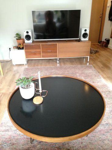 Runt soffbord i valnöt med svart glasskiva | Stockholm