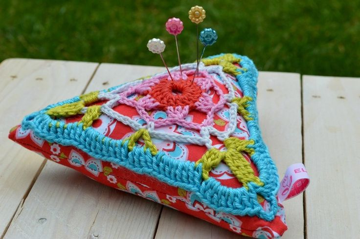 XL speldenkussen in driehoekformaat. Een leuk gehaakt granny-patroon is genaaid op een driehoekvormig kussen van een vrolijk stofje. In de kleuren...