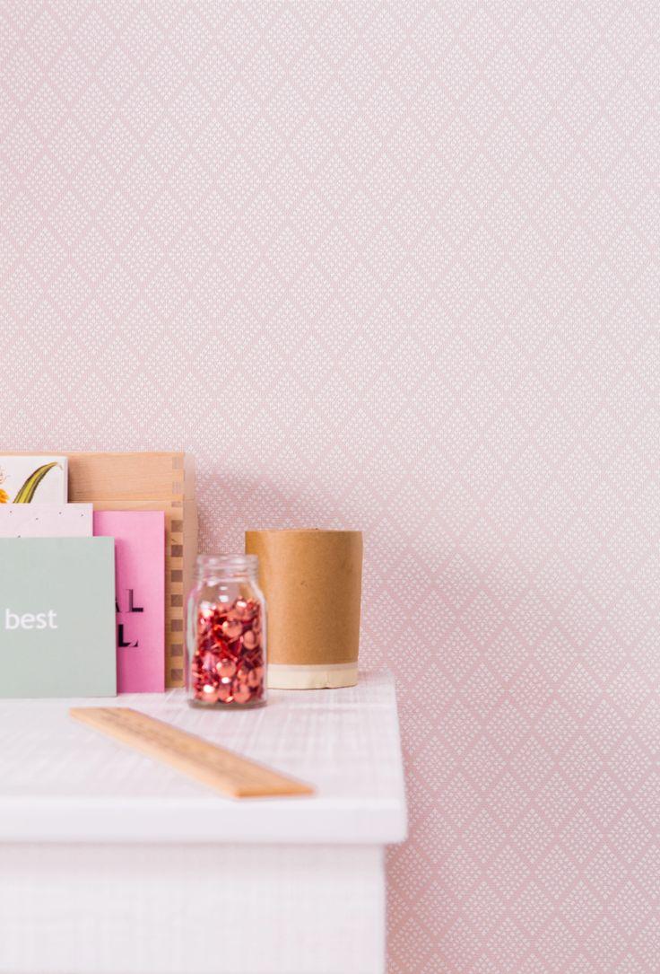 Met dit roze behang geef je een saaie muur gemakkelijk een makeover.
