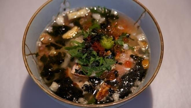 in een koekenpan. Bak de zalmfilets om en om in circa 3 minuten rosé. Pluk de zalm en verdeel over de rijst. Rooster het sesamzaad in een droge pan in circa...