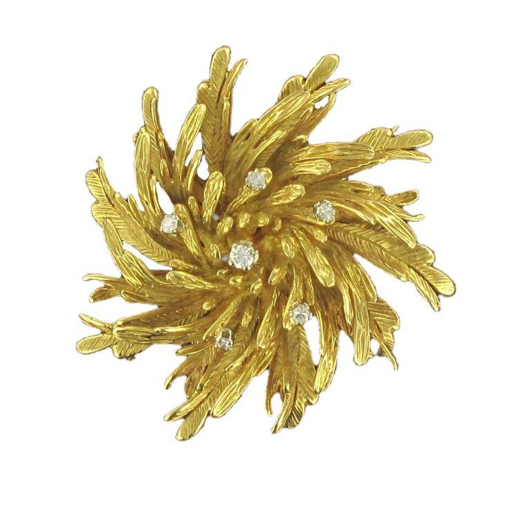Broche ancienne fleur ciselée or et diamants.  Une broche diamant fidèle à un des thèmes phares de la joaillerie des années 60, le monde floral.  http://www.bijouxbaume.com/broche-ancienne-fleur-ciselee-or-et-diamants-a1538.html