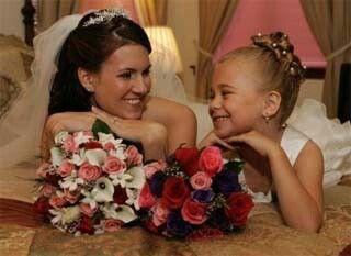 """Die kleine süße """"Braut"""" schaut genauso glücklich wie ihre Mami, fast übertrumpfen sich die Beiden!"""