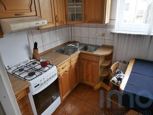 Biuro nieruchomości DKB INVEST oferuje na wynajem 3-pokojowe mieszkanie w Krakowie w okolicy ul.Pilotów (OLSZA). Mieszkanie (65mkw) składa się z trzech pokoi, osobnej jasnej kuchni, przedpokoju (z wnęką garderobianą) oraz łazienki z wanną i wc. Mieszkanie położone na pierwszym piętrze w 2 piętrowym bloku bez windy. Na podłodze parkiet. Ogrzewanie centralne i ciepła woda - piec gazowy. W kuchni meble, płyta grzewcza gazowa z piekarnikiem, lodówka, zlewozmywak. W pobliżu: sklepy oraz szkoła…