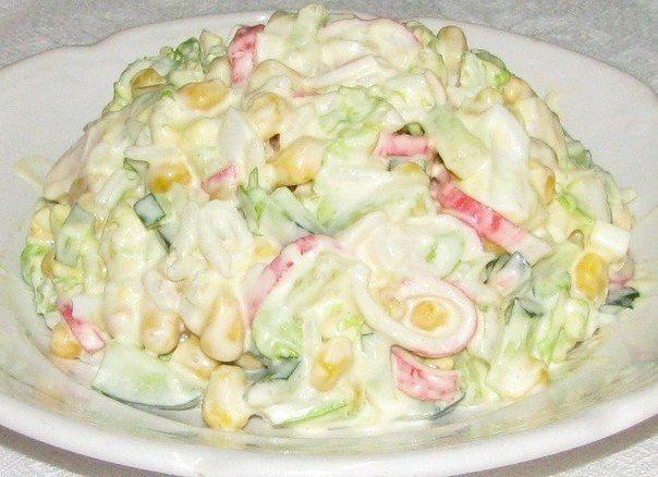 7. Крабовый салат с капустой   Ингредиенты:  1 банка кукурузы консервированной 300гр. свежей капусты 240гр. крабового мяса (или палочек) Сок половины лимона Майонез для заправки  Приготовление:  Мелко нарезаем крабовое мясо, мелко шинкуем капусту. Добавляем в капусту лимонный сок и перемешиваем ее, даем постоять 5 минут. В глубокой тарелке смешиваем капусту с лимонным соком, кукурузу (сливаем воду) и крабовое мясо. Хорошенько перемешиваем салат и заправляем его майонезом. Приятного аппетита…