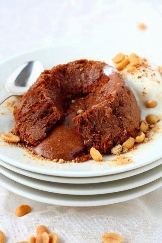 Suklaafondant paahdetuilla pähkinöillä ja jäätelöllä