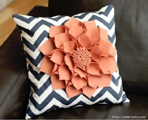 DIY Decorative Felt Flower Pillow :) navy chevrons and red felt flower