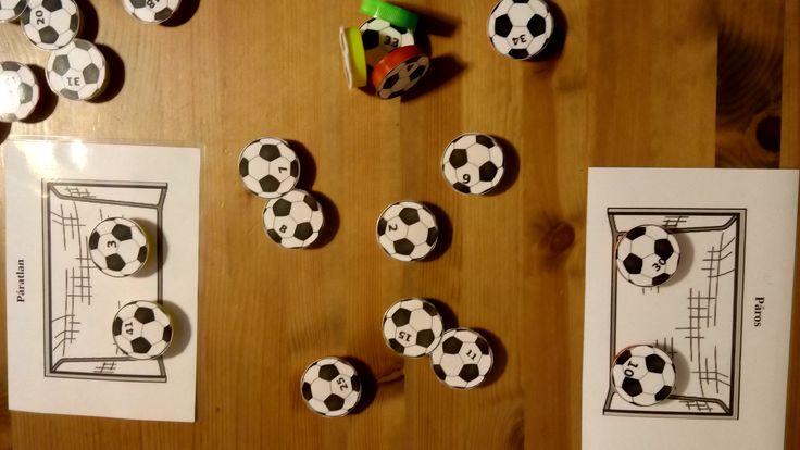 Páros-páratlan játék. Különböző csapatok, különböző kupakon. (Odd or event math game)