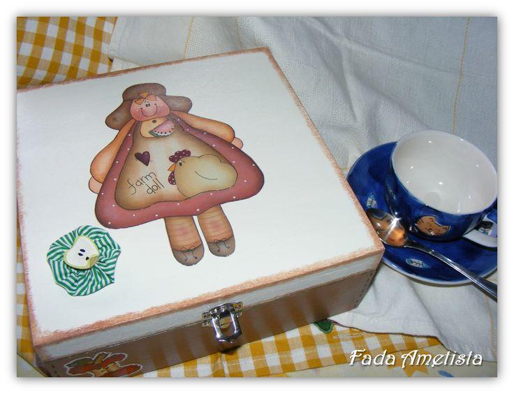 Caixa em Madeira para chá - Country Decoupage e Patchwork Embutido. https://www.facebook.com/FadaAmetista/photos/a.1592364754414325.1073741841.1589593488024785/1591565564494244/?type=3&theater