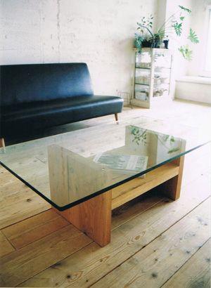 95. OAK GLASS-TOP LOW TABLE    節、割れをそのまま使った存在感のあるホワイトオーク材の脚ですがクリアガラスの天板との組み合わせによって  重すぎない印象に。    W1100 D600 H355 mm