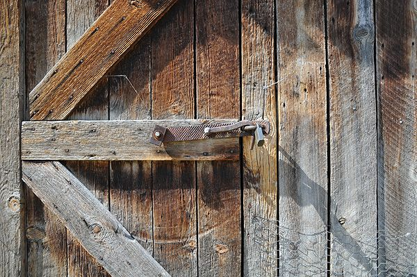 Kirkwood-Historic-Ranch-Hells-Canyon-National-Recreation-Area-shed-wood-lock.