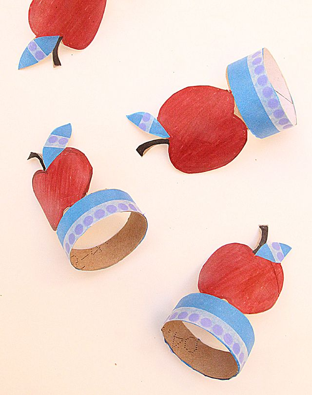 A great kids craft using toilet paper rolls! Help them make apple napkin rings for the New Year table #RoshHashanah #JewishKids #DreidelJams