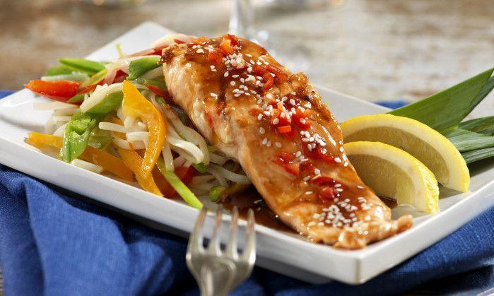 Lättlagad laxrätt med teriyakisås och sesamfrön. Servera med wokade grönsaker och nudlar.