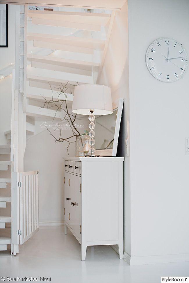 skandinaavinen,valkoinen,moderni,portaikko,rappuset,portaat,puu,lipasto,säilytys,valaisin,oksa,kello