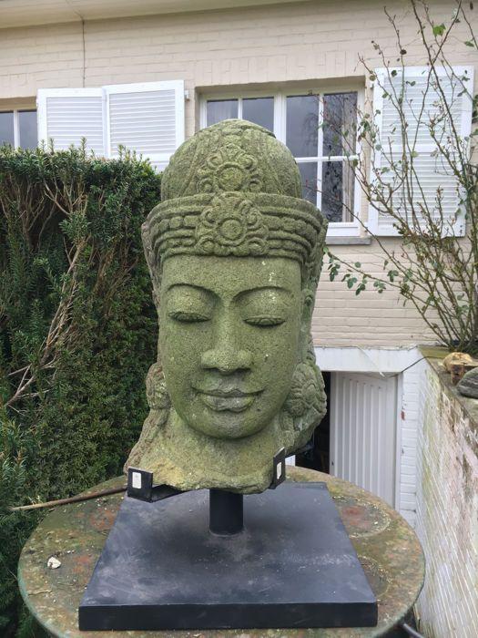 Groot Buddha hoofd vulkanisch gesteente handgemaakte - Bali Indonesië  Machtige Boeddha hoofd met mooie patina handgemaakt van vulkanisch gesteente kocht in Bali in een antieke show en geïmporteerd bijpassende stands zal worden geleverd met het. Het hoofd kunnen bijvoorbeeld zonder de stands worden gepresenteerd. op een houten voet. Zeer expressief met zeer fijne handmatige inlays. Het hoofd is vorst-hardy echter voor de winter moeten beschermd worden.60cm hoog 25cm diep en 35cm breed…