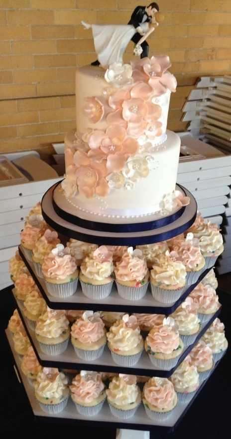 I love these pink/peach flowers on the tiered cakes. <3
