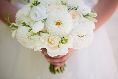Non c'è donna che non sogni o non ricordi con precisione il proprio bouquet da sposa, ne esistono di moltissime tipologie: a cascata, rotondo, a fascio, a mazzolino e addirittura a borsetta.