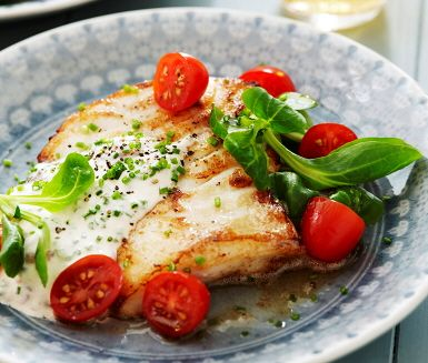 Denna fantastiska fiskrätt serveras tillsammans med den spännande smakbrytningen ansjoviskräm. Smörstekt torsk får sällskap av nykokt potatis och en fräsch sallad på tallriken. Som tillbehör gör du en läcker ansjoviskräm gjord på ansjovis, gräslök och crème fraiche.