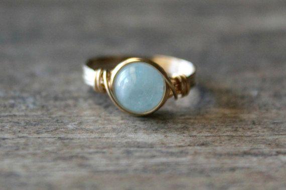 Schöne Aquamarin-Ring!  Aquamarin ist die Geburtssteine für März. Diese Steine sind absolut atemberaubend. Schönen Hellblau, einige Steine haben weiß, und einige sind mehr als andere durchsichtig. Alle sind schön.  Diese wunderschöne blaue Aquamarin Steine messen etwa 8 mm.  Sie sind in 14 k verpackt, die Gold Draht gefüllt und kann in jeder Größe, von 2-15, Quartal, ganze oder halbe Größen gemacht werden.  Model Fotos von: http://www.rachelsayumi.com/  Dieser Ring ist auch verfügbar in…