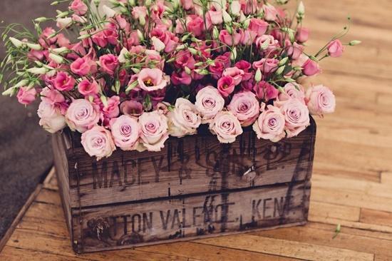 wooden crate/box. caja de madera. wedding. boda. decoration. decoración. flowers. flores. vintage