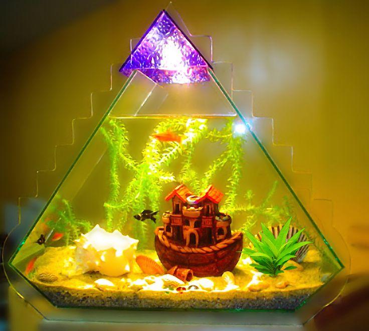 Acuario de forma Piramidal con escalones e iluminación, fabricado en vidrio float. Fecha de salida al mercado julio del 2004 Lima - Perú.