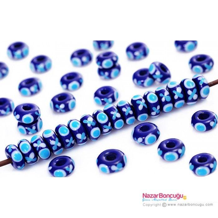 Mavi Cam Nazar Boncukları - Tamamı el yapımı kaliteli İtalyan Murano camdan, üzerinde 3 göz bulunan, 23 adet boncuktan oluşur. Delik çapı: 4.5 mm. Boncuklar, Lampworking (alevle çalışma) tekniği ile yapılmıştır. Tamamı el yapımı olan nazar boncuğu imalatı, nazar boncuğu toptan satış ve perakende satış seçenekleri ile kendi tasarımlarınızı hayata geçirme imkanı verir. NazarBoncugu.com