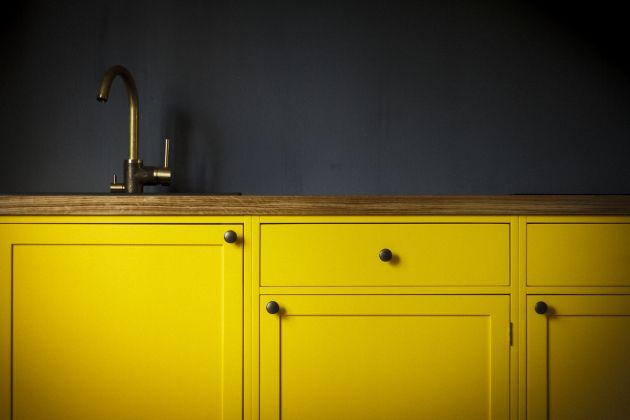 Bright yellow kitchen, dark grey walls, brass tap, Tapwell EVO184, oak countertop, old wood house - Kirkkaan keltainen keittiö, tumman harmaat seinät, puuseppä, puukeittiö, messinkihana, vanha puutalo, satavuotias koti, tammitaso