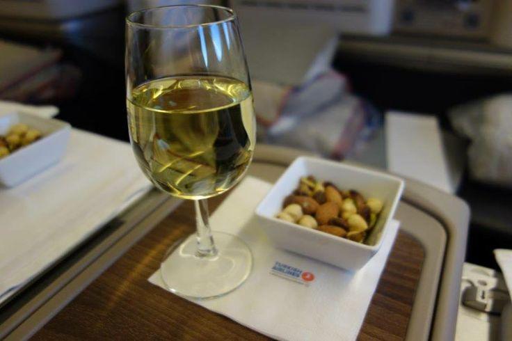 Özel tasarımlı mönüler dağıtıldıktan sonra yolculara arzu ettikleri aperatif içecekler servis edilir. Ben burada dayanamayıp bir kadeh beyaz şarap aldım, yanında kuruyemiş ılık olarak servis edildi... Daha fazla bilgi ve fotoğraf için; http://www.geziyorum.net/thy-business-class/