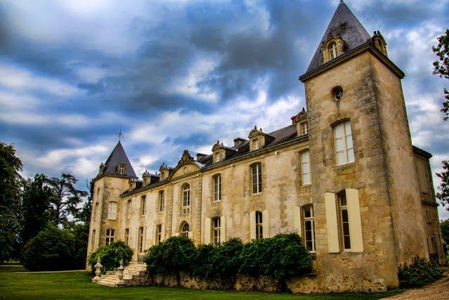 Venez visiter le magnifique château Reignac en réservant votre visite sur Wine Tour booking