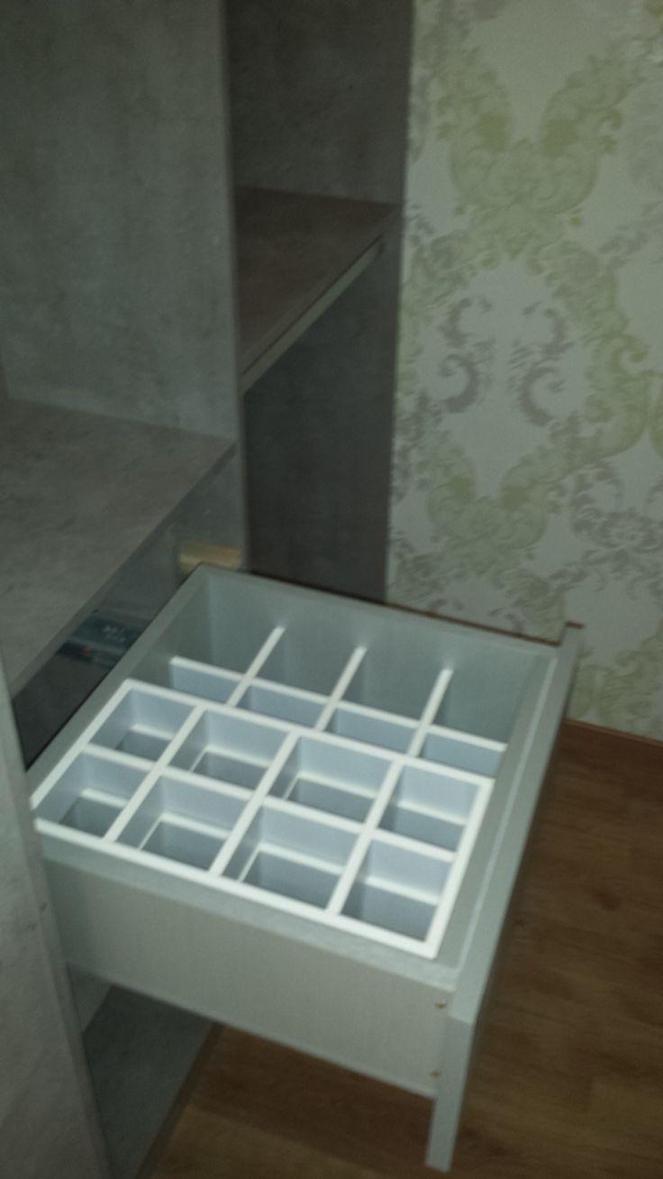 Interno cabina-lato sx Accessorio: cassetto doppia profondità con vano superiore spostabile a fondo trasparente-porta cravatte