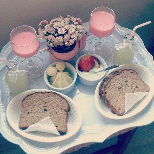 Bodas de beijinho com café da manhã na cama ♡♡ Preguicinha boa de feriado! #CafeNaCama #CafeDaManha #InstaFood #ComCarinhoComAfeto #BodasDeBeijinho #DIY