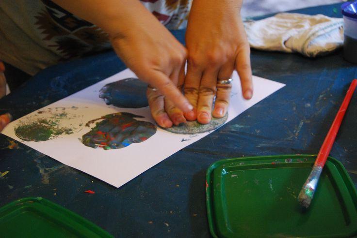 Barevný monotyp  Děti nanesou barvy na sklíčko. Mohou je míchat, nanášet přes sebe tak, aby vznikla souvislá vrstva. Sklíčko pak obtisknou na papír. Po zaschnutí si mohou vystřihnout nebo použít raznici.