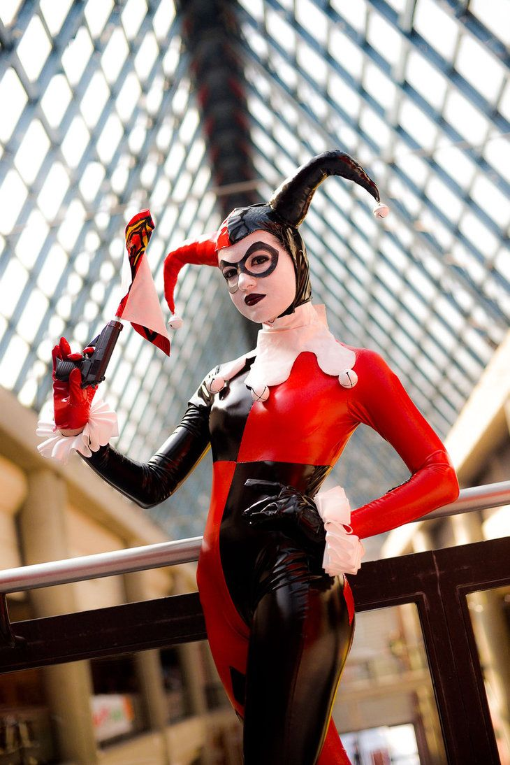 Character: Harley Quinn (Dr. Harleen Quinzel) / From: DC Comics 'Harley Quinn' & DCAU's 'Batman: The Animated Series' / Cosplayer: Rebecca Bianchi (aka Berceck)