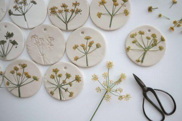 みなさん石粉粘土(せきふんねんど)をご存じでしょうか?? 100均でも購入できる石粉粘土。紙粘土などに比べて強度があり、さまざまな造作に使えるとっても優秀な粘土なのです!今回は、石粉粘土で簡単にできるハンドメイドを紹介します♪