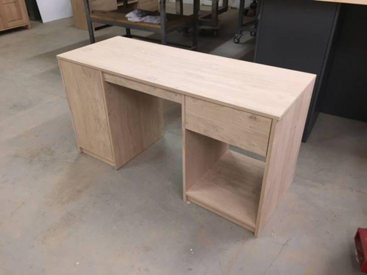 Dit bureau is gemaakt van licht rustiek eikenhout. Zowel aan de linker -als aan de rechterzijde is opbergruimte gecreëerd.
