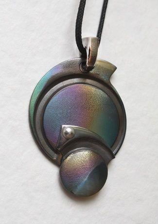 Украшение из кованого титана,очень легкого и гипоаллергенного металла.Оригинальный цвет получен в результате термооксидации при высоких температурах.Покрытие стойкое к механическим повреждениям