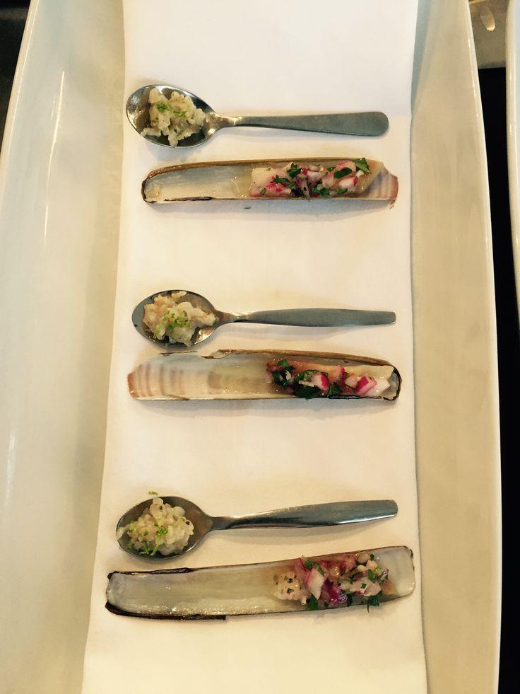 Twee bereidingen met scheermes: - tartaar met limoen - gegrild met rode ui in wittewijnazijn en peterselie