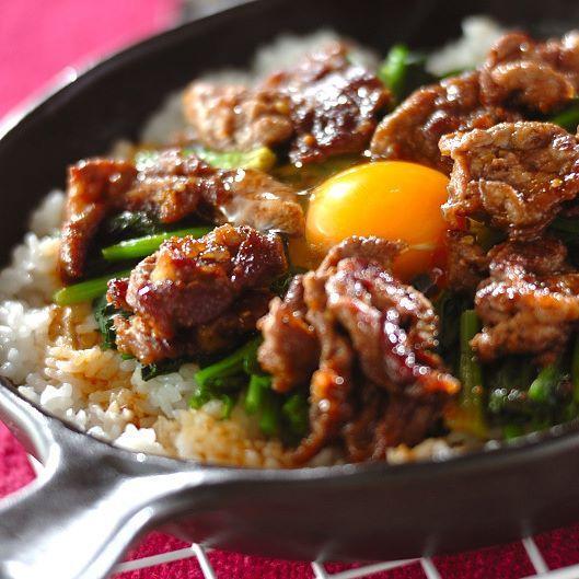 【ビビンバ風焼き肉丼】 15分で作れて手順も簡単!少しお焦げができる位がおいしいですよ♪ゴマ油の香りも◎ ・ 牛肉に小麦粉をつけ、ほうれん草はサッと茹でます。 焼肉のタレと絡めながらお肉を炒めたら、 スキレットなどにご飯を広げ、材料を載せます。 卵をのせてフタをし、ご飯が少し焦げたら完成! パパや育ち盛りの子どもたちにもウケそうです♪ ・ レシピ・作り方は、プロフィールページのURLから、インスタグラムまとめページでご覧いただけます。 E・レシピのアプリをお使いの方は、レシピ名で検索してみてくださいね。 #牛肉 #ビビンバ #焼肉丼 #丼 #ごはん #焼肉 #スキレット#ニトスキ #手作り #ランチ #昼食 #昼ごはん #夕食 #夜ごはん #晩ごはん #ワンパン #簡単 #フライパン #フライパンレシピ #おうちごはん #おうちカフェ #おいしい #Eレシピ #レシピ #erecipe #recipe #cooking #dinner #lunch