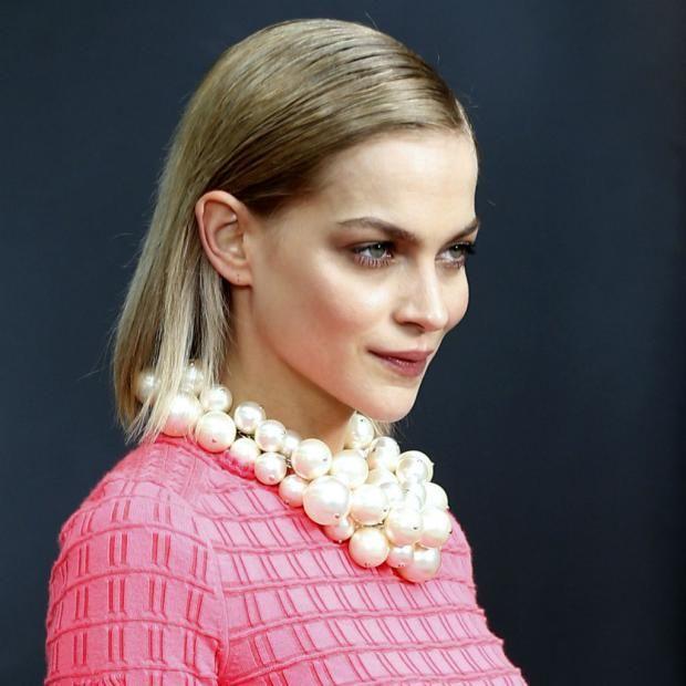 La dj y modelo Leigh Lezark a su llegada a un desfile de Chanel, en París. Wet Look Revista Ellas Aprende cómo conseguir ese estilo engominado de las famosas.