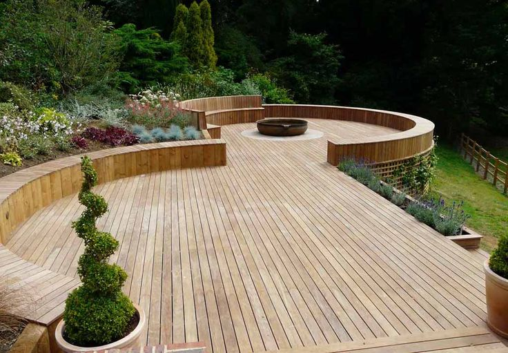 Not your standard decking shape. Love the use of Curves and build in seating.